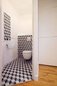 WC suspendu Roca Meridian et carreau de ciment - Rénovation d'un appartement Art Déco dans un style nordique - Agence Avous - Architecture Intérieure - Paris