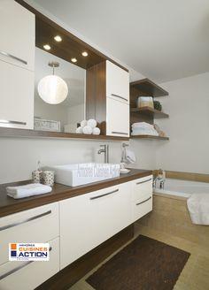 Cette salle de bain en thermoplastique blanc donne un aspect très lumineux et les surfaces imitant le bois lui donne un look simple et glamour à la fois.