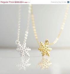 ON SALE Tiny Snowflake Necklace  silver necklace por OliveYewJewels