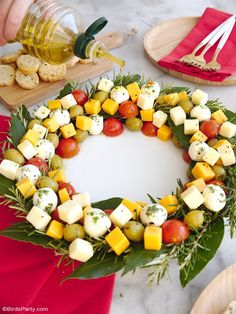 Christmas Wreath Cheese Platter Appetizer - an easy to assemble cheese board recipe that is very festive and perfect for holiday parties! Yummy Appetizers, Appetizers For Party, Appetizer Recipes, Christmas Cheese, Buffet, Homemade Tacos, Cheese Platters, Christmas Appetizers, Xmas