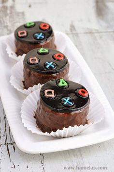 Why not turn Play Station Controller into delicious mini desserts?! Aren't they adorable, and they aretasty too.   This hole recipe i...