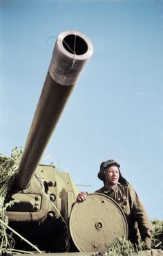 The driver of a Love that destroyed 6 German tanks, the hatch disguised Soviet heavy tank KV-1 during the battle for Stalingrad - pin by Paolo Marzioli