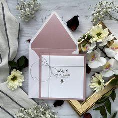 Klasyczne i eleganckie zaproszenia ślubne z ornamentem i cyrkonią, przewiązane srebrnym sznureczkiem. Połączenie bieli z wrzosowym różem, papiery błyszczące. Wedding Inspiration, Wedding Ideas, Birthday Cards, Gift Wrapping, Ornament, Gifts, Weeding, Mariage, Invites Wedding