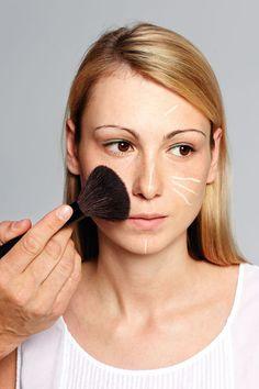 Wie schminkt man eine natürliche Foundation, die trotzdem Unebenheiten kaschiert? Alex Rothe, National Face Designer für Giorgio Armani Cosmetics, verrät wie's geht!