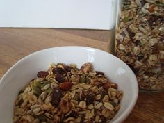 Hei hei! I dag skal du få oppskriften på en nøttefri granola. Jeg vet at noen av mine lesere ikke tåler nøtter, så denne granolaen passer perfekt for dere. Den er nydelig uansett, og kan spises av alle. Som oftest… Healthy Food, Healthy Recipes, Black Eyed Peas, Granola, Oatmeal, Breakfast, Healthy Foods, The Oatmeal, Morning Coffee