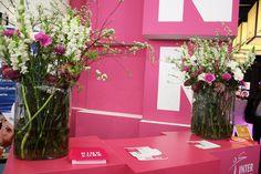 Counterdekoration auf der Hamburg Messe, Internorga, Vasen mit Levkojen und Nelken in Pink, #counter, #decoration, #vase with #flowers, #pink, Deko für Messestand