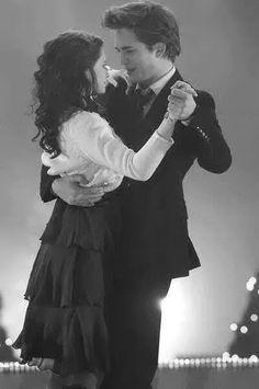 Bella Swan and Edward Cullen Film Twilight, Twilight Quotes, Twilight Saga Series, Twilight Edward, Twilight Cast, Twilight New Moon, Twilight Pictures, Twilight 2008, Edward Bella