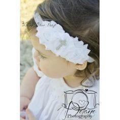 Diadema perfecta en actos religiosos como el bautizo. Tres flores en blanco y una preciosa