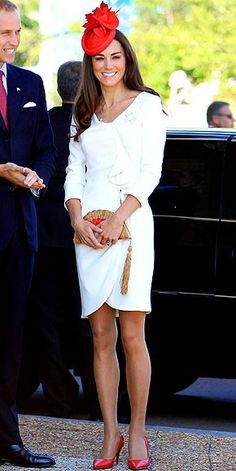 What the Duchess of Cambridge is wearing. Ever since that wedding dress, we've been fawning over KateMiddleton, The Duchess of Cambridge's style choices and her current North American tour with Prince William is adding daily fuel to the fashion fire! Looks Kate Middleton, Estilo Kate Middleton, Pippa Middleton, Prince William And Kate, William Kate, Royal Fashion, Look Fashion, Princesse Kate Middleton, Nude Tights