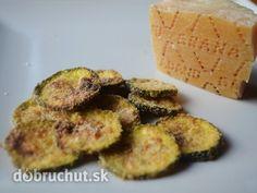 Fotorecept: Cuketové chipsy -  Pripravíme si suroviny..  Cuketu nakrájame na plátky..  Do misky dáme olivový olej a plátky cukety v ňom...