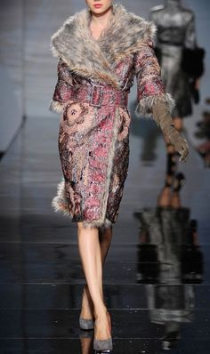 Amazing Blush embroidered winter coat with silver fur collar - Fausto Sarli Haute Couture Fall Winter Estilo Fashion, Fur Fashion, Couture Fashion, Love Fashion, Runway Fashion, High Fashion, Fashion Design, Look Chic, Mode Style