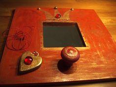pro malou princeznu Dřevěné zrcadlo pro děti pomalované akrylovými nezávadnými barvami a přelakováno, zlatá patina, velikost 25 x 25 cm + krabička z tvrdého kartonu se šperky - plastový náramek a dřevěné srdíčko se sklíčkem Frame, Home Decor, Products, Picture Frame, Decoration Home, Room Decor, Frames, Hoop, Gadget