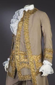 TRAJE DE CORTE BEIGE Y ORO 1770