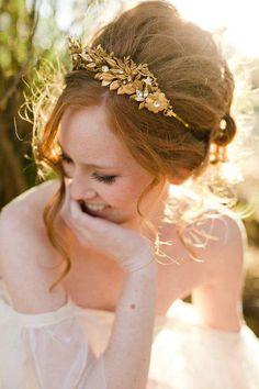 Acessório dourado para o cabelo da noiva.