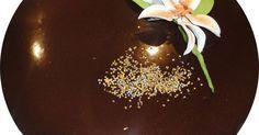 Fabulosa receta para Cobertura de chocolate brillante para tartas . Con esta cobertura puedes bañar tartas y te quedaran con un color intenso a chocolate y brillante , la foto es de la tarta de theo (http://www.mis-recetas.org/recetas/show/36902-tarta-de-theo) que hice.