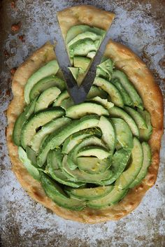 Pin for Later: 13 Healthy Pizza Recipes You Will Want to Make Immediately Avocado Pizza Look at this: it's a pizza made with beautiful avocados. Allergy Free Recipes, Vegetarian Recipes, Healthy Recipes, Pizza Recipes, Healthy Pizza, Avocado Pizza, Avocado Toast, Spinach Pizza, Mashed Avocado