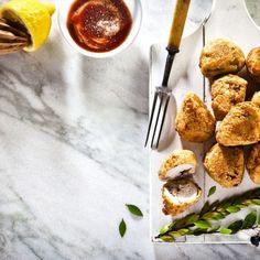 Κοτόπουλο τηγανιτό με κρούστα γιαουρτιού / Fried chicken with yogurt custard. Εύκολη και πρωτότυπη συνταγή για κοτόπουλο τηγανιτό με κρούστα από γιαούρτι! #greekfood #greekrecipes #greekfoodrecipes #friedchicken #friedchickenrecipes #chickenfoodrecipes #chickenrecipes #yogurtrecipes #yogurt #yoghurt #greekyogurt #sintagespareas #fingerfoods Recipe Today, Today's Recipe, Yogurt, Chicken Legs, Fried Chicken, Fries, Side Dishes, Rolls, Meat