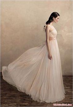 Cổ điển và quý tộc với váy cưới màu nude