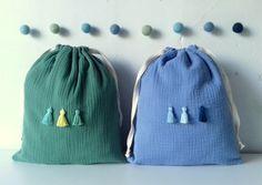 MITSI & CIE * Petit sac de rangement en double gaze de coton et pompons assortis www.mitsiroom.com Le Double, Womens Tote Bags, Textiles, Purses And Bags, Creations, Deco, Sewing, Ranger, Fabric