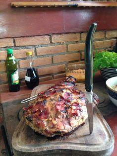 Pernil de porco feito no forno a lenha.