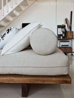 Decorating, designing, dreaming, ideas and thoughts about home renovation … Daybed Covers, Diy Daybed, Wooden Sofa, House Beds, Sofas, Diy Interior, Girl Room, Home Renovation, Diy Furniture