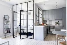 Post: Planta abierta con pared de cristal --> blog decoración nórdica, cocinas pequeñas grises, distribución diáfana, estilo nórdico escandinavo, interiores nórdicos, mini pisos decoración, pared de cristal decoración, planta abierta