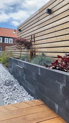 Stapelblokken zijn ontzettend veelzijdig en makkelijk te verwerken. Verhoogde borders zijn makkelijk aan te leggen, maar je kunt de betonnen blokken ook gebruiken als tuinafscheiding voor je tuin bijvoorbeeld. En wat dacht je van een plantenbak van stapelblokken? Erg leuk in combinatie met split of grind waardoor je een relatief onderhoudsvriendelijke tuin heeft.