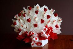 This one happens to be for Valentine's Day and is Super Simple! Bouquet Cadeau, Candy Bouquet Diy, Valentine Bouquet, Gift Bouquet, Paper Bouquet, Boquet, Valentine Gift Baskets, Valentines Surprise, Valentines Diy