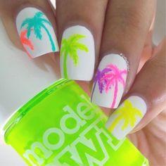 uñas bonitas, blancas con dibujos interesantes y colores atractivos de palmas, estilo veraniego