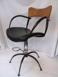 Aangeboden wordt; Een fraaie kappersstoel, in karakteristieke vormgeving die doet denken aan de ontwerpen van Boris Sipek. Materialen: Hout, Metaal en kunstleren zitting. De stoel is in hoogte verstelbaar, gaslift werkt perfect. Kan daardoor ook dienen als bureaustoel. Afmetingen: zithoogte 54-62 cm, hoogte armleuningen 72,5-81 cm, totale hoogte 85-92,5 cm, doorsnede 54 cm. Conditie: in uitstekende staat met hier en daar enkele gebruikssporen (zie detail-foto's). Afhalen in Eindhoven.