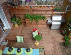 La construction de cette terrasse à deux paliers en bois traité brun a été réalisée dans le cadre de l'émission Deck possible.
