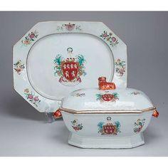 Sopeira e travessa de porcelana Cia das Índias. Apresenta Brasão de Armas da família Ross de Balnagowan Castle. 34 x 21 x 20 cm de altura, a sopeira. 41 x 33 cm, o présentoir.China, Qing Qianlong (1736-1795).