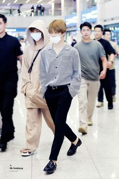 Jimin ignore TaeTae but don't ignore his slippers Jimin Airport Fashion, Bts Airport, Airport Style, Bts Bangtan Boy, Bts Jimin, Fanfiction, Kpop Mode, Korean Fashion Kpop, Bts Inspired Outfits