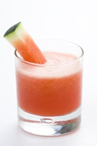 Watermelon Smoothie: watermelon is a terrific, low-cal smoothie base. Not only is it a natural hydrator because of its water content, watermelon is also loaded with nutrients, including cancer-fighting lycopene, as well as an amino acid known as arginine. Healthy Watermelon Smoothie, Juice Smoothie, Healthy Smoothies, Healthy Drinks, Healthy Recipes, Sweet Watermelon, Watermelon Lemonade, Fruit Drinks, Smoothie Drinks