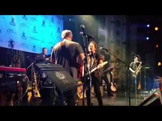 Watch Eddie Vedder Perform at All-Star Chicago Cubs Benefit Concert - https://cybertimes.co.uk/2016/06/19/watch-eddie-vedder-perform-at-all-star-chicago-cubs-benefit-concert-2/