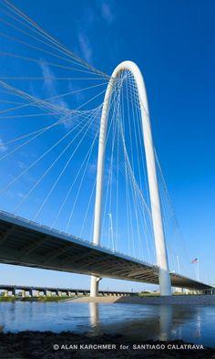 Image 3 of 12 from gallery of Margaret Hunt Hill Bridge / Santiago Calatrava. Photograph by Alan Karchmer Santiago Calatrava, Bridges Architecture, Amazing Architecture, Modern Architecture, Parametric Architecture, Bridge Engineering, Civil Engineering, Ing Civil, Bridge Design