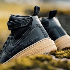 GORE-TEX 🖤🔥 Met de Nike Air Force 1 GTX Boot de winter in. De GORE-TEX voering, grote noppen op de buitenzool en de afneembare siliconen enkelband geven het icoon een stevige look. De gewatteerde hoge kraag zorgt voor klassiek comfort. 🔗 Check the shopping link in our bio! ~~ 📸 Shot by 43einhalb Air Force 1, Nike Air Force, Air Force Sneakers, Sneakers Nike, Shoes, Fashion, Nike Tennis, Moda, Zapatos