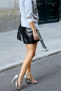 Kiss the Boys. Song Of Style, Her Style, Estilo Indie, Sandals Outfit, Street Chic, Street Smart, Leather Shorts, Indie Fashion, Best Model
