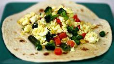 Esta receta de huevos revueltos con vegetales es un desayuno muy abundante y puedes servirla a cualquier hora del día. Es además una excelente alternativa para hacer que tus niños coman más verduras. Se prepara muy rápido y el resultado siempre es delicioso. Así los fines de semana puedes sorprenderlos con distintos desayunos.