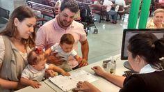Cidadania em dose dupla no Poupatempo Lapa: o casal de gêmeos Felipe e Olívia foi tirar o primeiro RG com os pais André Ricardo e Maria Helena.