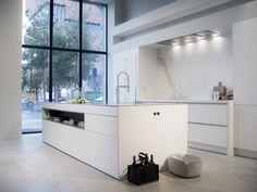 """SieMatic PURE in lotus white, worktop inox & composite """"blanco zeus"""", splashback in ceramics """"estatuario""""."""