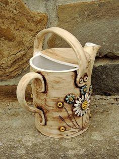 Zahradní konvička konvička je o bjem 2400 ml. Ceramic Pitcher, Ceramic Pots, Ceramic Clay, Ceramic Pottery, Ceramic Birds, Ceramic Flowers, Pottery Classes, Pottery Designs, Pottery Studio