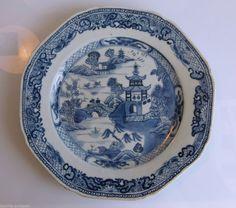 Chine Qianlong 1735-1795 - Assiette chantournée - Paysage lacustre et pagode