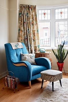 Give your home some vintage style with these key looks http://www.homesandantiques.com/feature/antiques/vintage/bookshelf-style-me-vintage-home