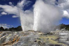 Új-Zéland termális csodavilága Rotoura. A városban és környékén számos gejzír és meleg hőforrás található, a legtöbbjük parkban vagy rezervátumban. A természetes gőzkitörések, meleg víz kilövellések és iszaptengerek időnként új helyeken is megjelennek. A közeli Wai-O-Tapu park népszerű turisztikai látványosság, mert meleg forrásai a kén miatt különböző színekben tündökölnek, valamint Lady Knox nevű gejzíre minden nap ugyanabban az időpontban tör ki...