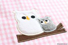 Eulenliebe ♥ Eule Ursula mit Kind auf einem Ast ♥ Die Eulen Applikation ist von KerstinBremer.de ♥ So sweet! Cute mother owl with baby appliqué machine embroidery design. #sticken #stickdatei #nähen
