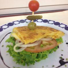 Tortilla Rellena de lechuga, tomate y cebolla....Riquísima de Primer Plato