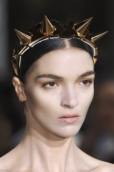 spike crown - Mariacarla Boscono at Givenchy haute couture, fall 2009 Valentino, Givenchy, Alexander Mcqueen, Dior, The Bling Ring, Fairytale Fashion, Paris Mode, Vogue, Chanel
