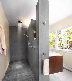 Une salle de bains où le meuble-lavabo et la douche se côtoient