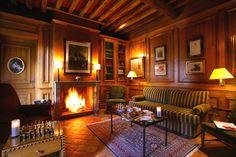 Les salons. Cheminée, boiserie, tomettes de Bourgogne. Le charme bourguignon